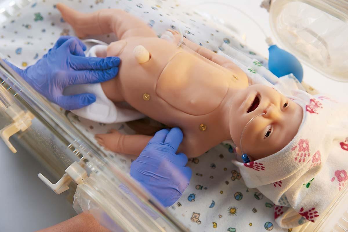 Baby C.H.A.R.L.I.E. Simulator zur neonatalen Wiederbelebung mit EKG 1